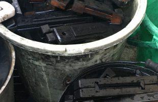 墨の木型を洗う