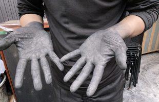 墨作り作業中の手の平